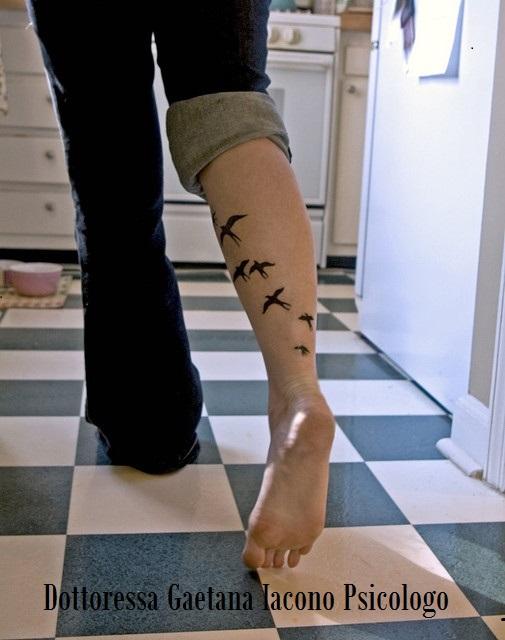 gambe con tatuaggio di uccelli